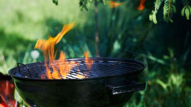 Direito de imagem GETTY IMAGES Image caption Acrilamida surge quando alguns alimentos são torrados, grelhados ou fritos em altas temperaturas