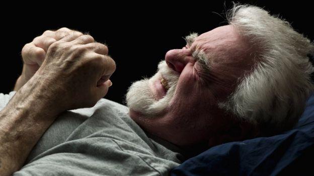 Homem sente desconforto enquanto dorme