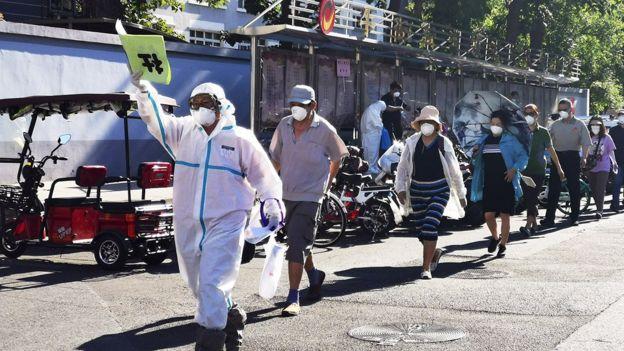 北京数以万计的居民被要求进行核酸检测。
