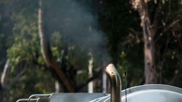 Caño de escape de un camión diesel que libera hollín