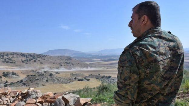 YPG döyüşçüsü Afrin ətrafında əraziyə baxış keçirdiyi zaman -9 iyun, 2017