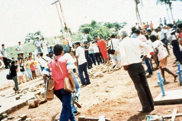 Imagen de las protestas durante el entierro de las víctimas.
