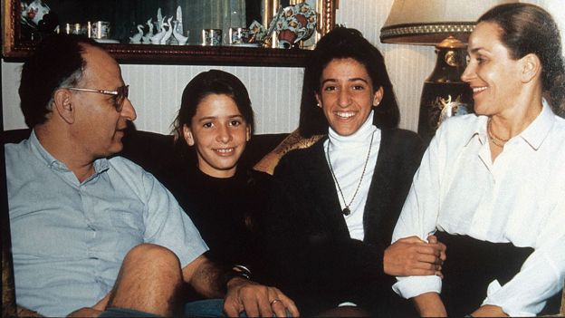 De izquierda a derecha: su padre, Luis Rosas; María Soledad; su hermana, María Gabriela; su madre, Marta Rey de Rosas.