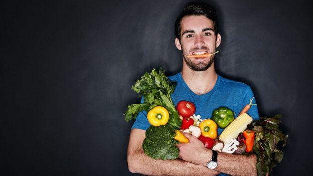 Мужчина с овощами в руках