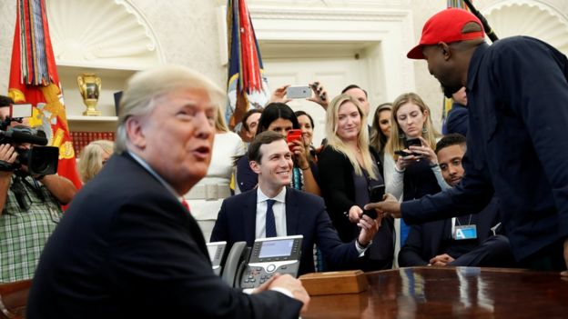 Donald Trump, Kanye West y Jared Kushner en la Oficina Oval.