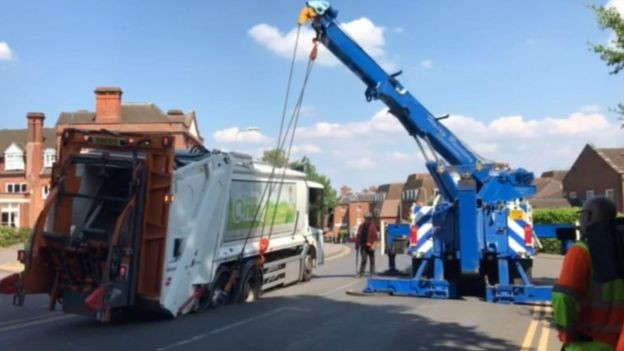 7f3e81068a Bin lorry sinks into Newbury road - BBC News