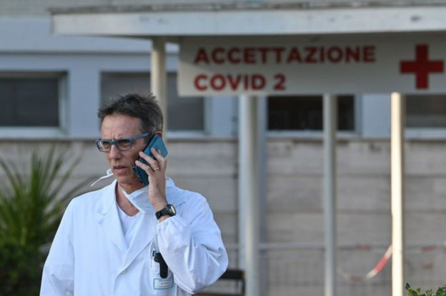 El médico Massimo Fantoni fuera del hospital de campaña para el covid-19 construido en el hospital Gemelli en Roma el 16 de marzo de 2020.