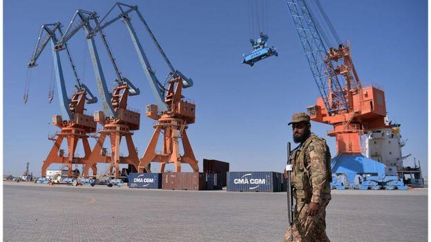 Situado 700 km al oeste de la capital de Pakistán, Karachi, el puerto de Gwadar conectará la ciudad china de Kasgar con el Mar Arábigo.