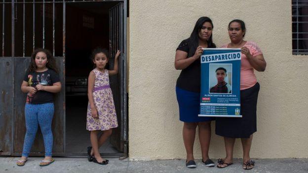 Mirian dos Santos Almeida busca pelo filho Alison desaparecido em 2013