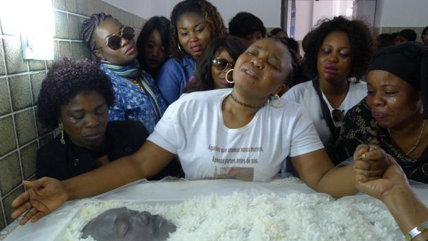 Congoleses choram a morte de ente querido falecido em acidente de carro no ano passado