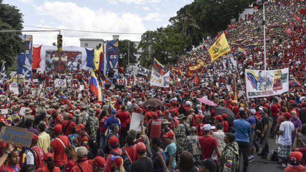 Демонстрируют также и сторонники президента Мадуро