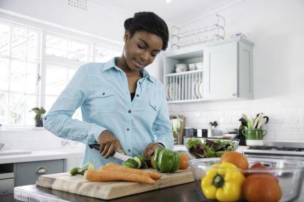 una mujer cocinando