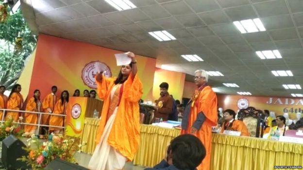 जाधवपुर विश्वविद्यालय में अपनी ग्रेजुएशन सेरेमनी में नागरिकता क़ानून की कॉपी को फाड़तीं देबस्मिता चौधरी.
