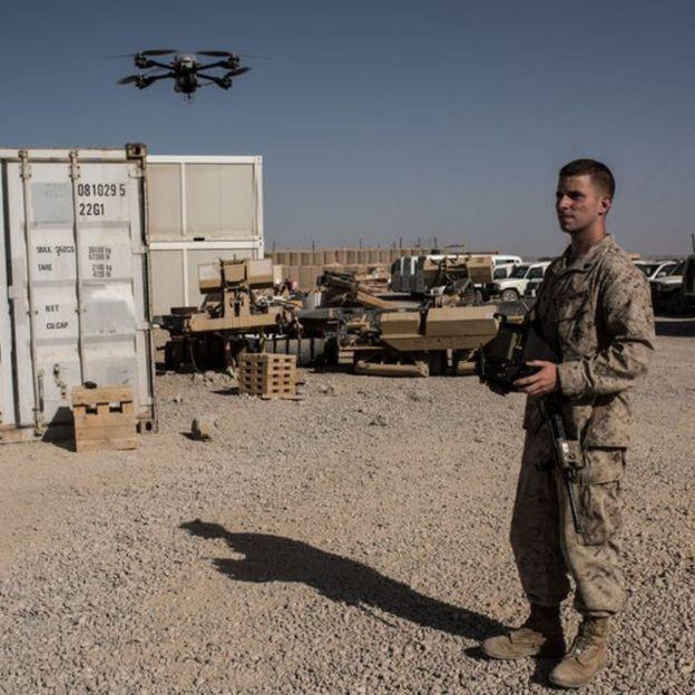 Un soldado estadounidense opera un dron de vigilancia en Afganistán.