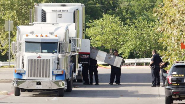警方载清查载人的货车。