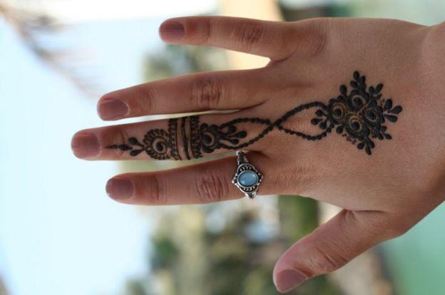 Diseño de hena en una mano.