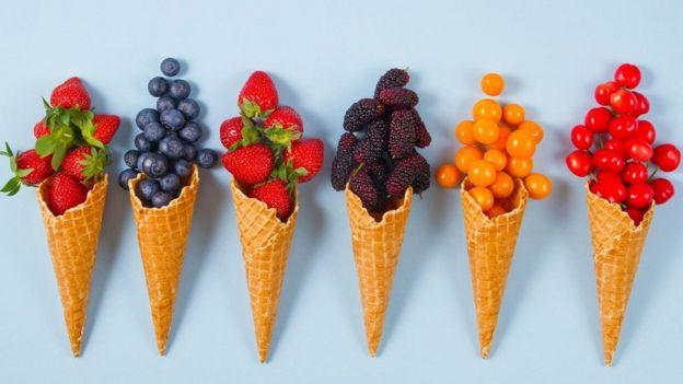 dondurma külahında meyveler