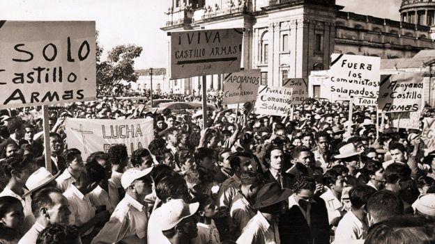 Multitud protestando en las calles.