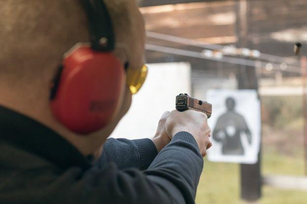 Oficial practica tiro.
