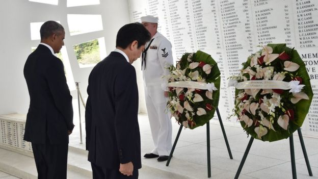 US President Barack Obama(L) and Japanese Prime Minister Shinzo Abe place wreaths at the USS Arizona Memorial December 27, 2016 at Pearl Harbor in Honolulu, Hawaii.