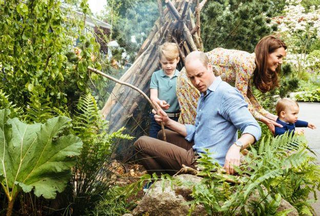 Duquesa de Cambridge mostra o jardim para seus filhos
