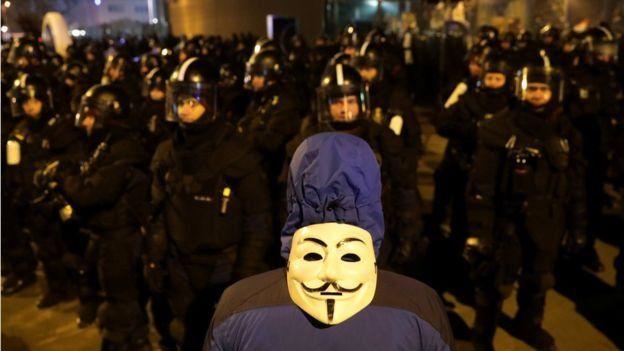 hawkes maskeli protestocu