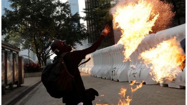 示威者向香港政府總部大樓扔汽油彈(香港9.15抗議)