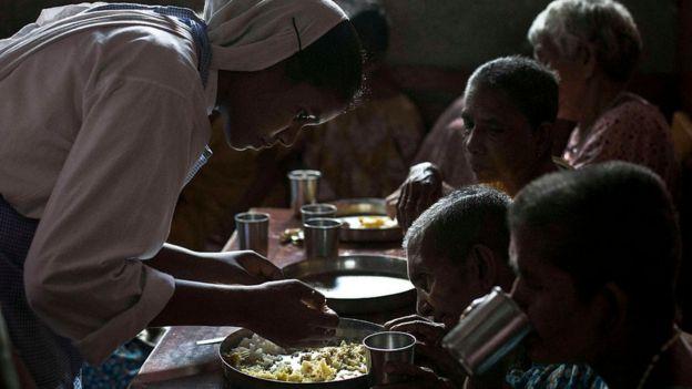 Una monja alimentando a un anciano en un hospicio en Calcuta, India, en agosto de 2016.