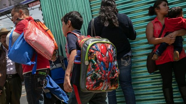 Familias en el aeropuerto de Ciudad de Guatemala donde llegaron con un avión de ICE deportados de EE.UU. el 22 de agosto de 2019