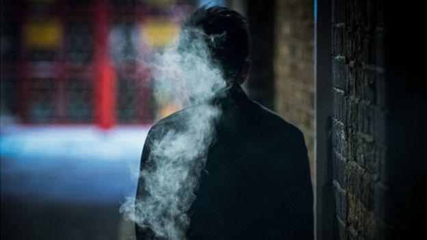 Сигаретный дым можно учуять на большом расстоянии, а значит, и вирус может прилететь к вам издалека