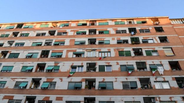 Dünyanın dört bir yanında gençler, apartmanındaki yaşlılar için alışveriş yapıyor