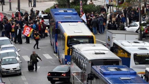 버스를 막아선 시위 행렬
