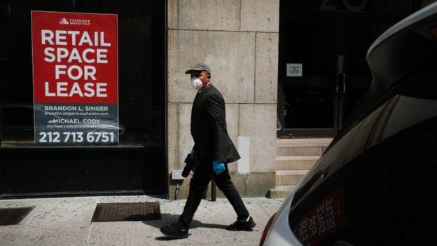 Un hombre camina por una calle desierta de Nueva York.