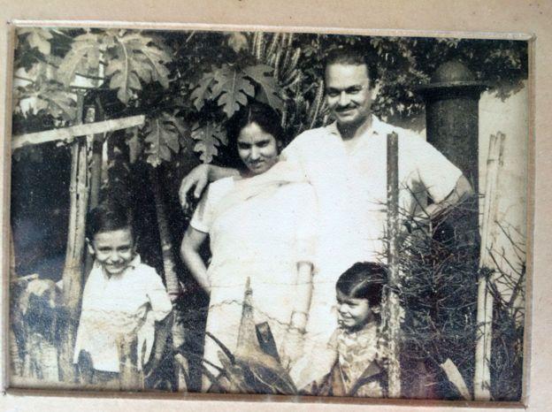 Мать и отец Гиты Панди со старшими детьми