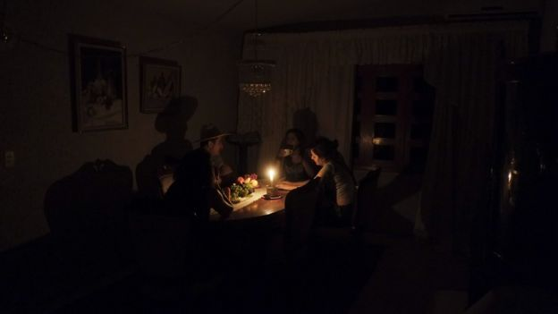 Família em casa sem luz elétrica
