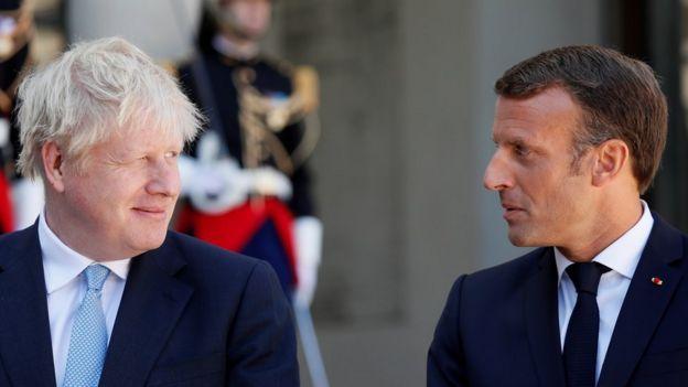 Emmanuel Macron, presidente da França, ao lado de Boris Johnson