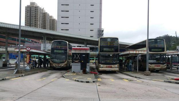 香港多間公共汽車公司宣佈,道路的狀況惡劣,周一大部份路線暫停服務。