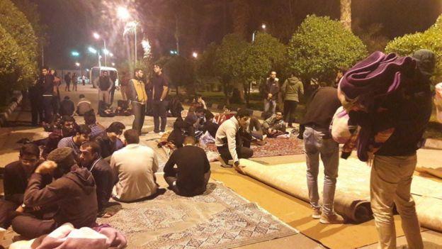 دانشجویان معترض در حیاط دانشکده صنعت نفت آبادان