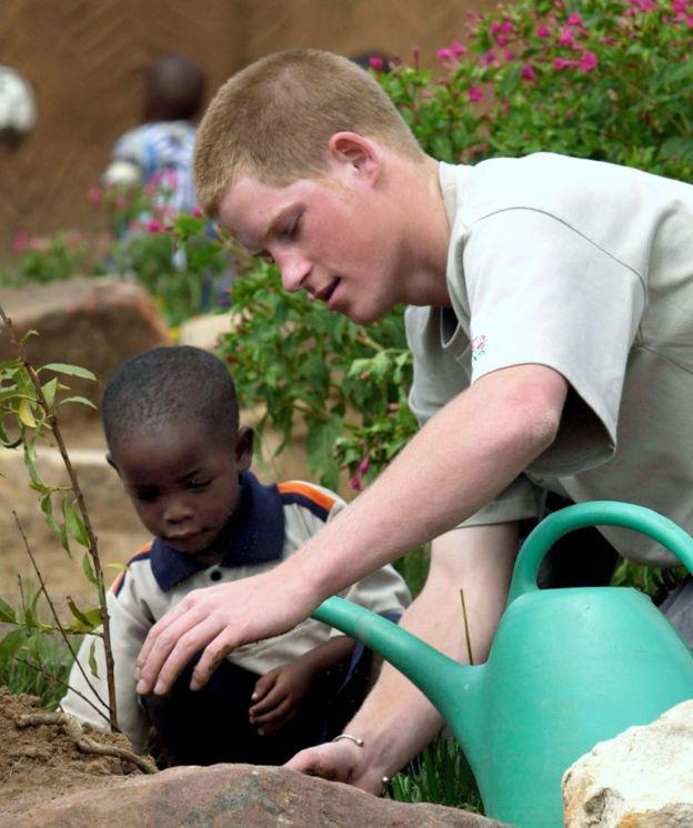 El príncipe Harry plantando un árbol en un orfanato en Lesoto en 2004.