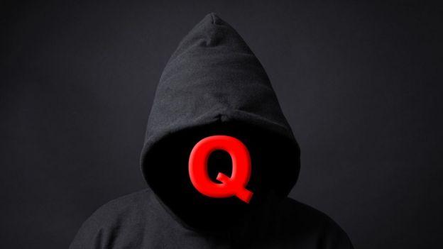 """""""Q"""" é um suposto funcionário anônimo do governo dos Estados nidos que compartilha """"informações secretas"""" com seus seguidores que são chamados de """"Anons"""""""