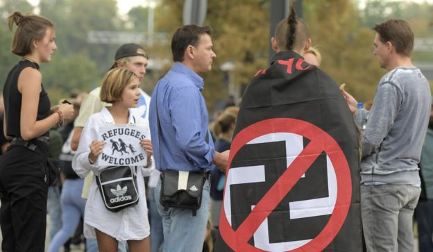 عده زیادی در بین شرکتکنندگان، نشانهای ضد نازی با خود داشتند. خیلیها هم شعار میدادند 'نازیها بیرون!'