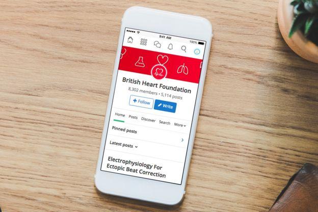 Un celular inteligente con la app de la Red Británica del Corazón en pantalla.