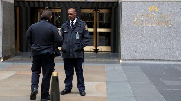 Agentes policiales y de seguridad a las afueras del 30 Rockefeller Plaza, donde está la oficina de Michael Cohen.