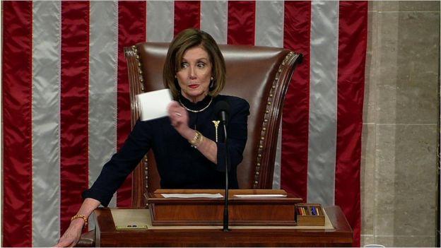 Nancy Pelosi anuncia el resultado de la votación del impeachment.