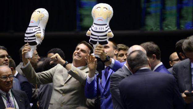 Bolsonaro com boneco