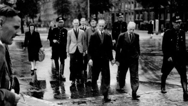 1943'te başkent Amsterdam'da polisler Yahudi mahallelerine baskın yaparken.