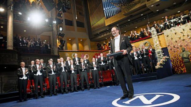 Alvin Roth recibiendo su Premio Nobel
