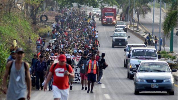Centroamericanos caminan por una calle de Chiapas