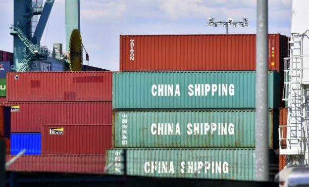 Những kiện hàng lớn từ TQ tại Cảng Long Beach, ở Long Beach, California. Hai cảng chị em Long Beach và Los Angeles tại Nam California đang lo rằng cuộc chiến thương mại Mỹ Trung sẽ làm giảm số hàng nhập vào Mỹ khiến nhiều người thất nghiệp.