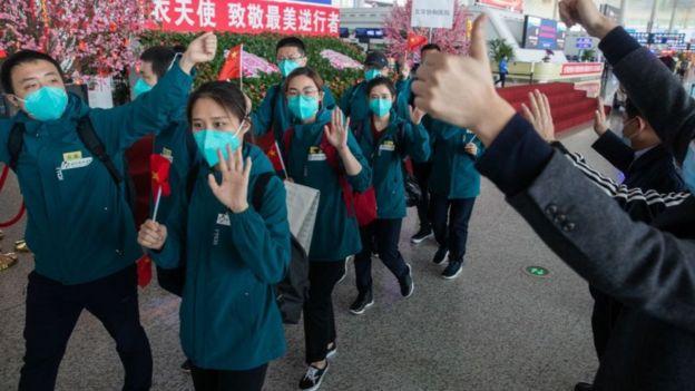 Nhóm chuyên viên y tế Bắc Kinh ra về tại sân bay ở thành phố Vũ Hán ngày 15/4